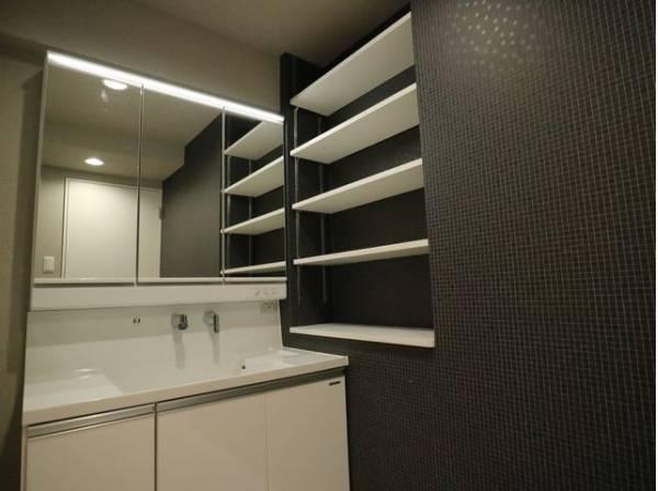 洗面台の横には収納スペースがあります。タオルや肌着類などの収納に便利です。
