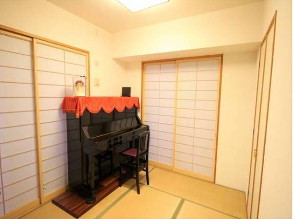 和室は有るだけでも落ち着く空間ですが、 「家族団らん」 「来客時の客間」 等々多目的なスペースとして活用出来る便利な空間です。