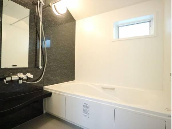 お風呂には窓があり明るく清潔な空間へ。浴槽も洗い場も広く、毎日の疲れを取る癒しのバスルームです。