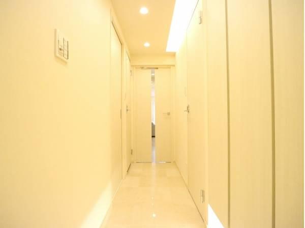 明るく清潔感のある玄関がお出迎え。シューズボックスも幅広く、たくさん収納できそうです。