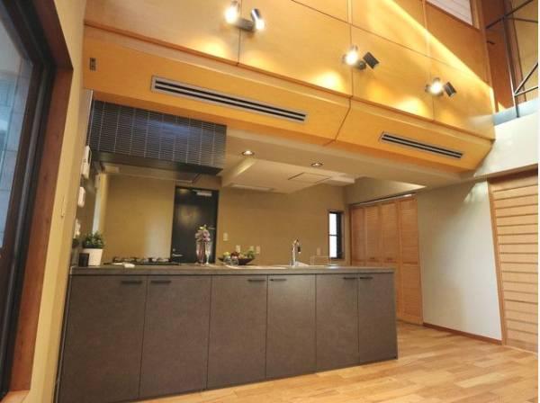 リビングダイニングを見渡せるオープンタイプの対面キッチン。おしゃべりは絶やすことなく、使い勝手の良い設備のキッチンで効率よくお料理ができます。