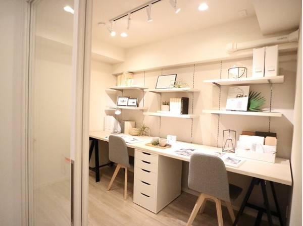 サービスルームにはカウンターを設置。ご主人の書斎としても、奥様の作業カウンターとしても、お子さまの勉強机としても。多用途に対応できる便利なスペースです。