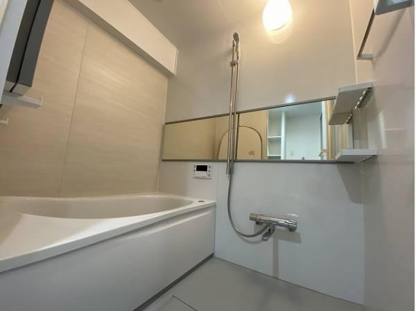 バスタイムを快適に過ごせるゆったりサイズのバスルーム。是非半身浴をお楽しみ下さい。