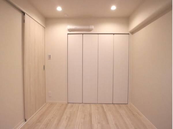 使い勝手の良いクローゼットが付いた洋室。広々とした空間でインテリアを楽しんでください。