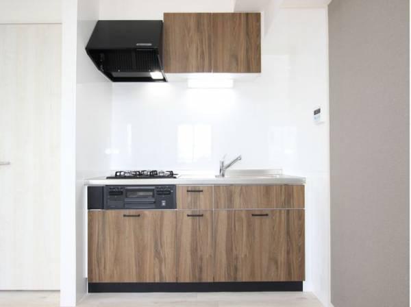 ウッド調を基調とした清潔感のあるキッチン。使い勝手の良い設備で効率よくお料理ができます。