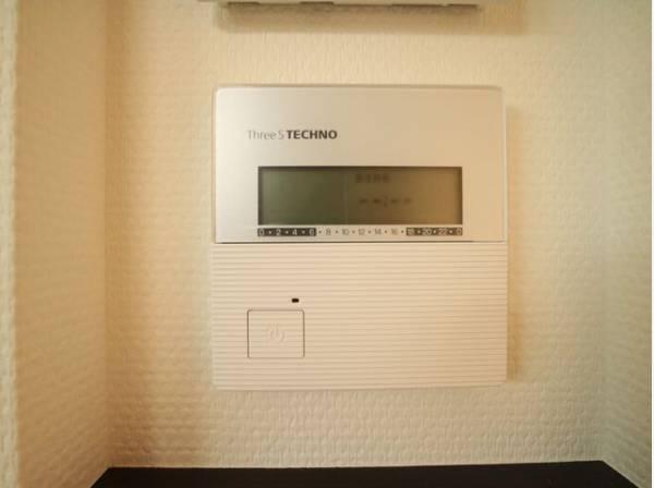 床暖房は、床から直に伝わる熱と、室内を下から暖める熱との組み合わせです。お部屋全体をぽかぽか暖めてくれるのでお部屋内の温度差を生じさせにくいです。空気が乾燥しないので喉にも優しいです。