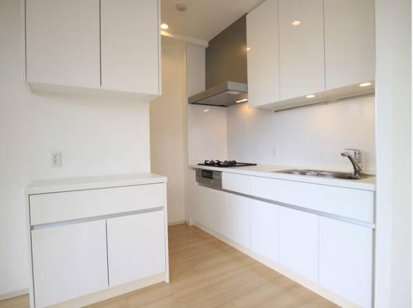 キッチンにはカップボードをご用意いたしました。食器やキッチン家電、食材などをスッキリと収納できます。