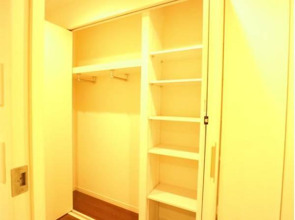 リビングへと続く廊下にも収納をご用意。日用品や雨具・毎日の上着やコートなどの収納にお使いいただけます。