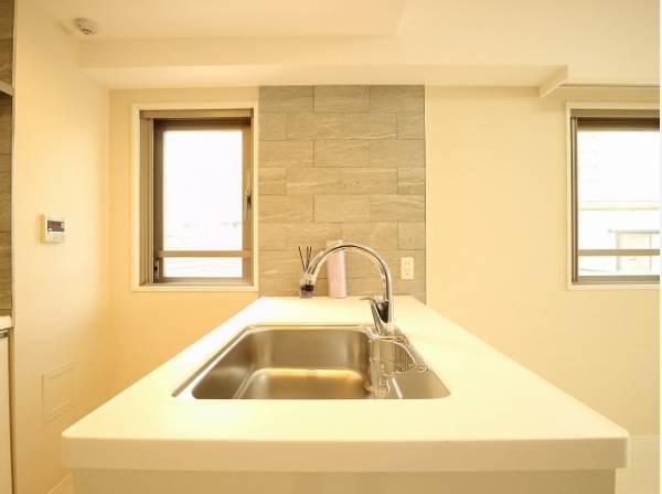 キッチンには窓があり、明るい光が差し込み、開放的な空間を演出します。