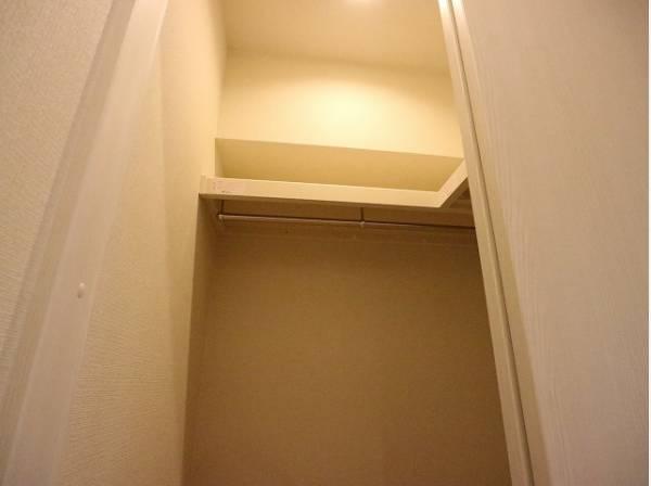 棚やハンガーパイプが付いた使いやすい設計。たくさん収納できますのでスッキリとお過ごしいただけます。