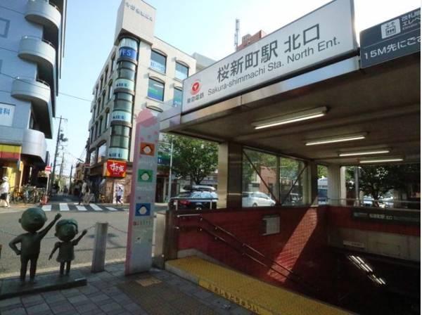 東急田園都市線 桜新町駅まで700m 国民的人気マンガ「サザエさん」の生みの親、長谷川町子さんはこの駅のそばに住んでいました。駅の南側には「サザエさん通り」と呼ばれる桜新町商店街があります。