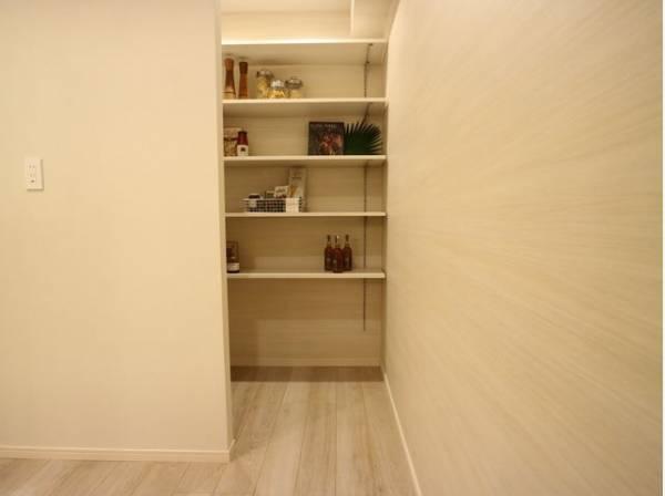 キッチンの奥にはパントリーをご用意。リビングと同じ空間にあるキッチンになるべく物がたまらないように工夫いたしました。