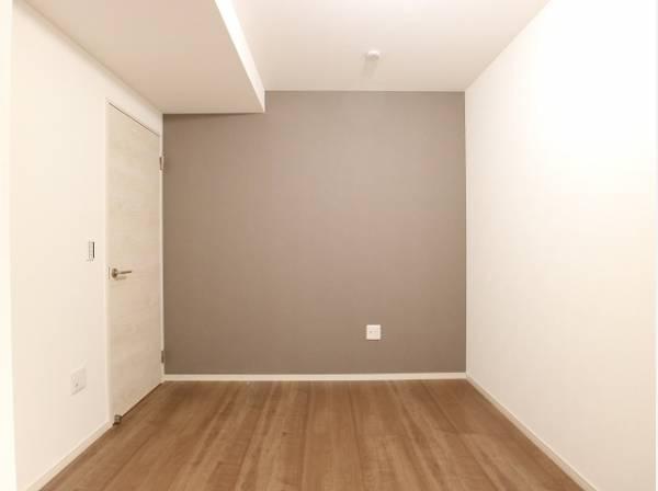 洋室の壁は一部アクセントクロスを採用。ただ暮らすだけでなく、快適さを求めて毎日気持ちの良い日々を。