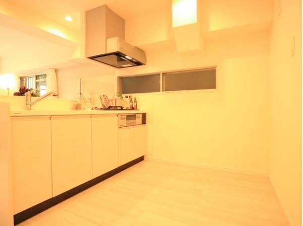キッチンの後ろには食器棚と冷蔵庫を置けるゆとりのスペース。大型の収納を置いてもゆったりと調理ができるスペースがあります。