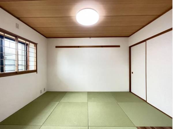 リビングの続き間としても利用できる和室。畳の香りに包まれながらお子様の遊び場や客間として利用可能。