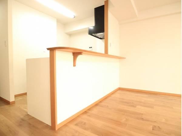 キッチンはリビングダイニングを見渡せるオープンタイプの対面キッチンです。
