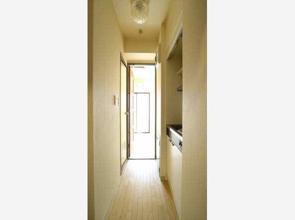 玄関を開けると、明るい日が差し込む廊下。一日あったいろんなことを胸に帰る我が家。
