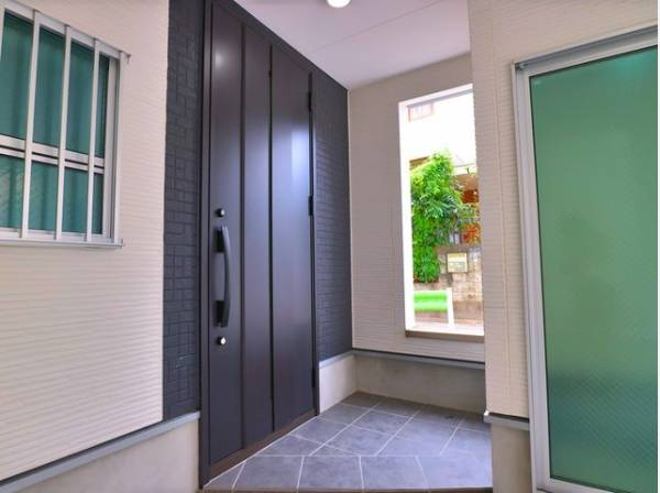 明るく開放的な空間を美しい建具が見事に演出。住まいの顔となる玄関は、落ち着きと華やぎの満ちた空間に。ご家族の「行ってきます」「ただいま」を見守り続けます。