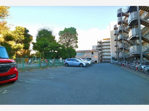 敷地内駐車場は月額12200円~13500円でご利用可能です。