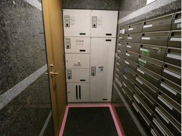 宅配BOX。お仕事やお出かけで荷物が受け取れない時も大変便利です。