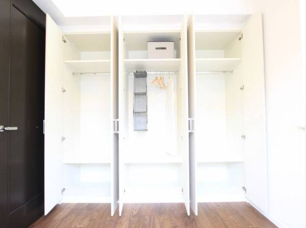 棚やハンガーパイプが付いた使いやすい設計。ワードローブをスッキリ収納できます。普段使わない季節用品やトランクなど、大きなものもラクラク収納できます。