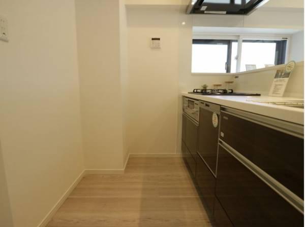 収納スペース・作業スペースが広いシステムキッチンはうれしいポイントです。