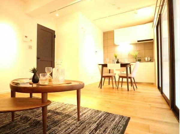 開放感と明るさをもたらす魅力のお部屋。キッチンスペースまで明るくなります。自然とくつろぎの場所に。