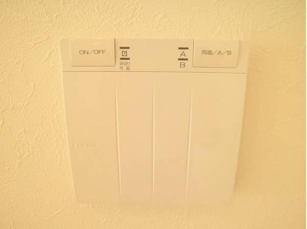 お部屋の空気をクリーンに保ったまま足元から暖めてくれる床暖房。柔らかなぬくもりをもたらします。