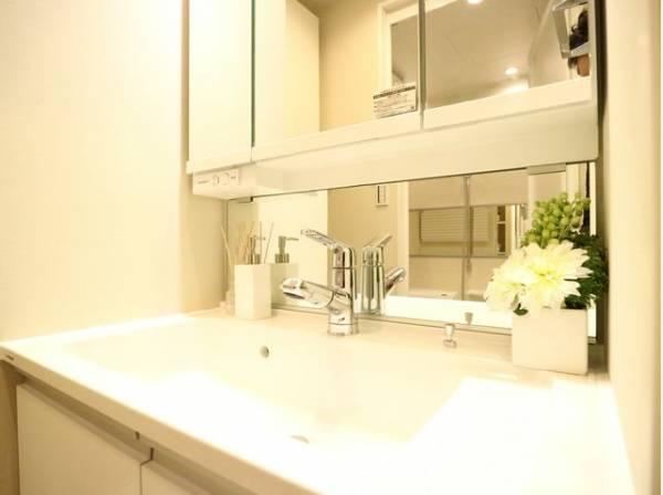 三面鏡の付いた洗面化粧台は、鏡面裏側にも機能的な収納を配置。スキンケア用品などが衛生的に保管できます。