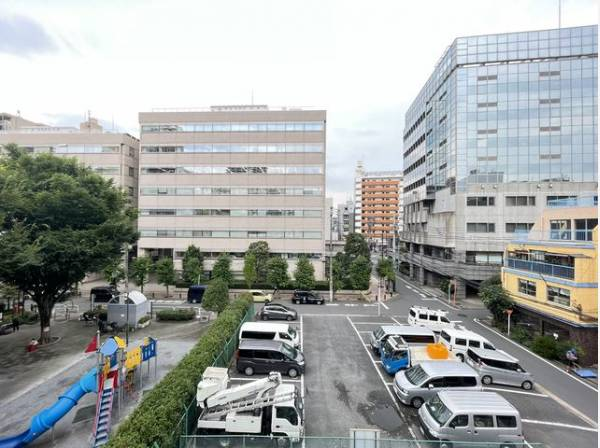 通勤にお車を使用される場合もご安心ください。敷地内に駐車場があります。