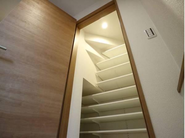 便利なシューズインクローゼットもあって、収納スペースも十分ですね。たくさんある靴もすべて収納して頂け、玄関をスッキリ綺麗な空間に纏めます。