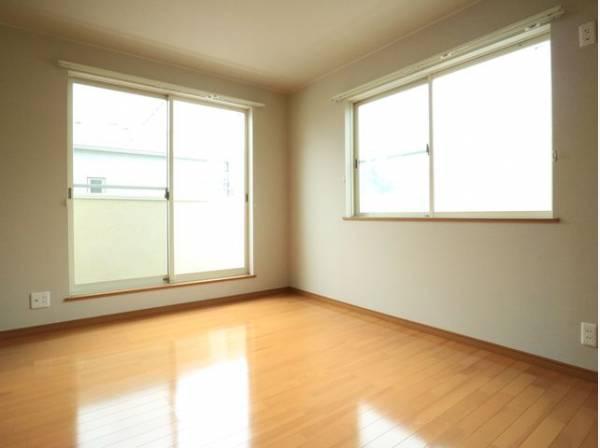 大きな窓からたっぷりと陽光が注がれる明るい空間。一日の疲れをいやしてくれます。時を忘れて過ごせるお部屋。
