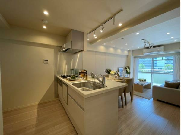 ホワイトを基調とした清潔感のある対面キッチンは、家事をする方とリビングにいるご家族を優しくつなぎます。