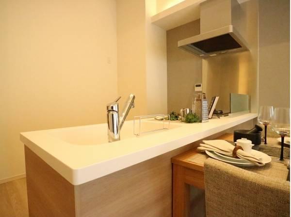 リビングと一体化した対面キッチンは、料理中もご家族を優しくつなぎます。機能的なキッチン。