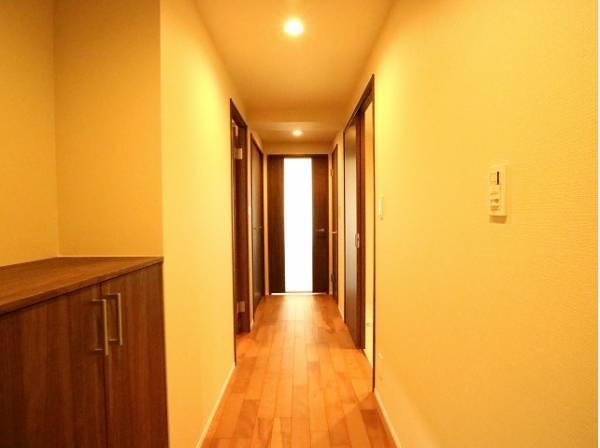 明るく開放的な空間を木目が美しい建具が見事に演出。住まいの顔となる玄関は、落ち着きと華やぎの満ちた空間に。ご家族の「行ってきます」「ただいま」を見守り続けます。