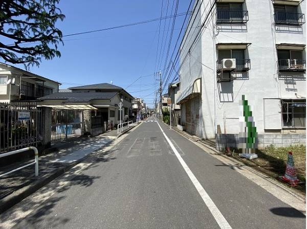 前面の道路は通行や駐車の際に余裕がある広さです。運転が苦手な方も落ち着いて駐車できます。