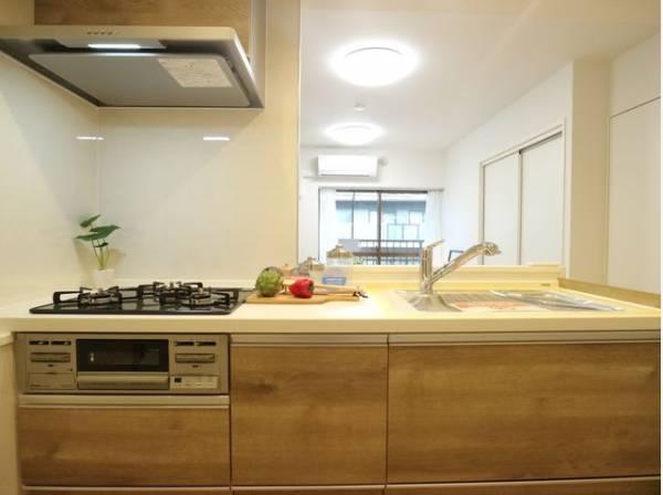 忙しくて慌ただしい毎日でも、手軽なお手入れで綺麗が続く理想のキッチン。毎日使う場所だからこそ、いつまでも自分らしいスタイルで輝き続ける。