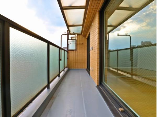 リビングに面した広々したバルコニーは、日当り良好です。最上階ならではの開放感と爽やかな風を感じていただけると思います。