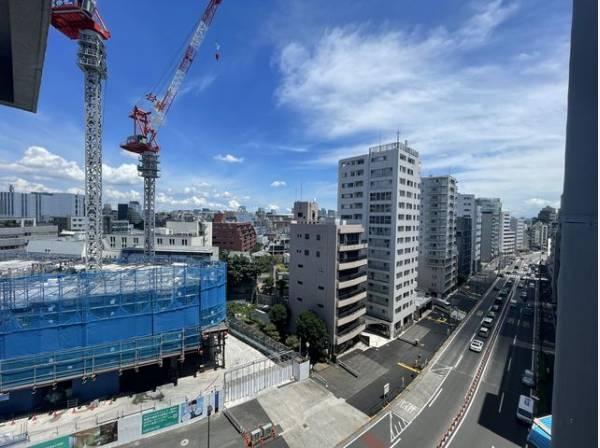 広い空と遠くにそびえ立つビルディング。バルコニーからは都会ならではの景色があります。