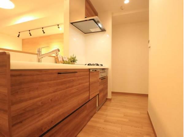 ブラウンを基調とした清潔感のあるキッチン。使い勝手の良い設備のキッチンで効率よくお料理ができます。
