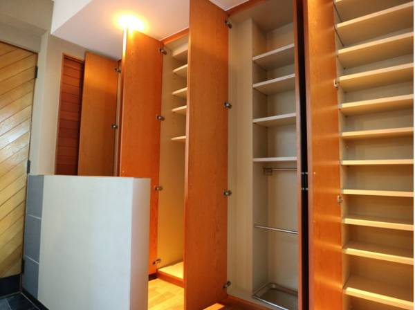 清潔感のある空間を保てるよう、収納スペースを広く設けてますので、たくさんある靴もすべて収納して頂け、玄関をスッキリ綺麗な空間に纏めます。