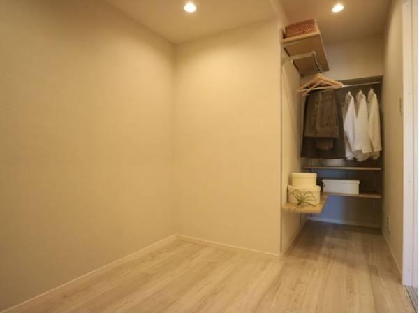 オープンクローゼットをご用意しております。洋服をしまう整理ダンスなどを置かなくてもいいので、その分お部屋を広く使うことができますね。
