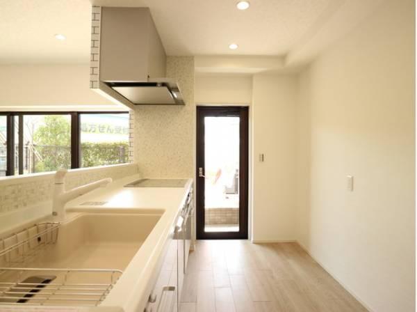 キッチンにも窓があり、テラスへ出ることができます。明るい光が差し込み、開放的な空間を演出します。