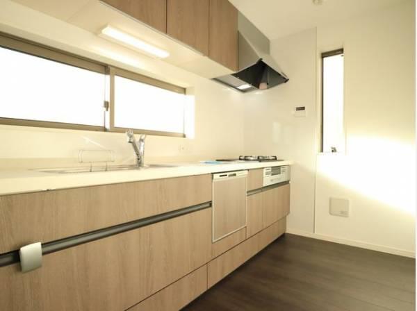 キッチンにも窓があり、換気に便利です。明るい光が差し込み、開放的な空間を演出します。