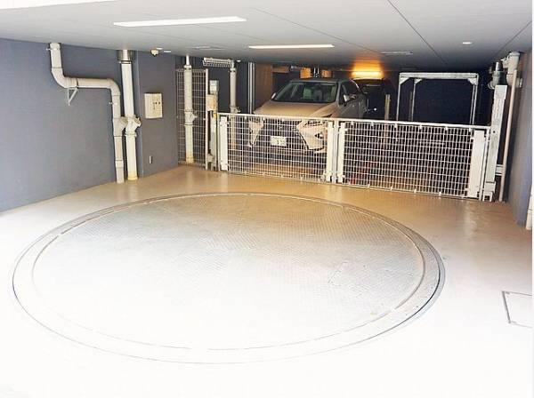 敷地内駐車場は月額25000~31000円で利用可能です。
