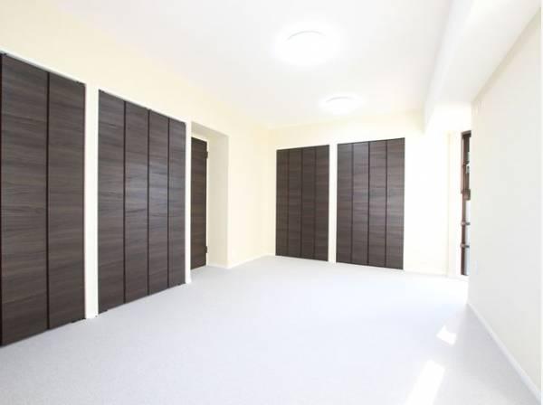 充分な収納スペースが確保されたゆとりの洋室。居室内に余計な家具を置く必要がないので、シンプルですっきりとした暮らしが実現します。