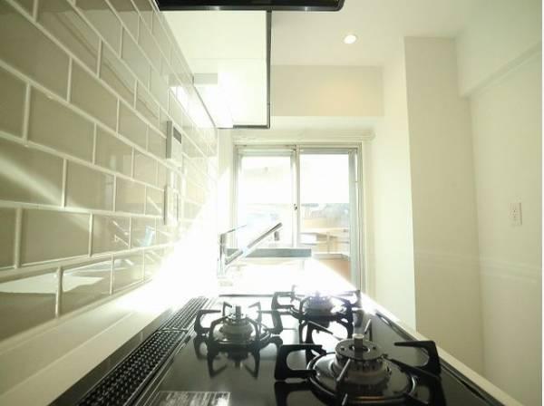 キッチンにも窓があり、バルコニーへ出ることができます。明るい光が差し込み、開放的な空間を演出。お料理後に十分に換気が可能です。