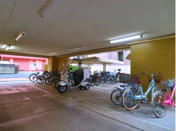 敷地内駐輪場。屋内のため天気の影響を受けず安心です。
