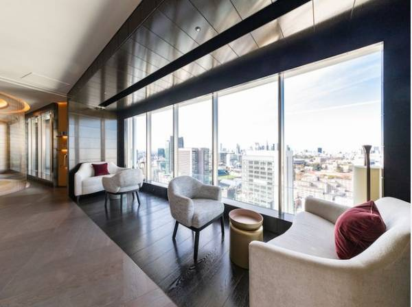 スカイラウンジは、上階から見える素晴らしい眺めを分かち合える場所となります。