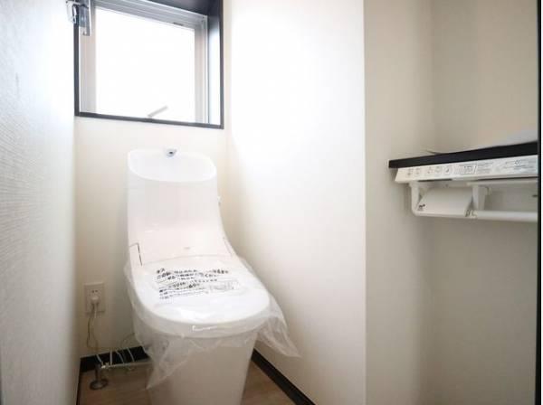 換気と明るさに配慮した清潔感溢れるトイレ。落ち着いた空間で安らぎのひとときを。